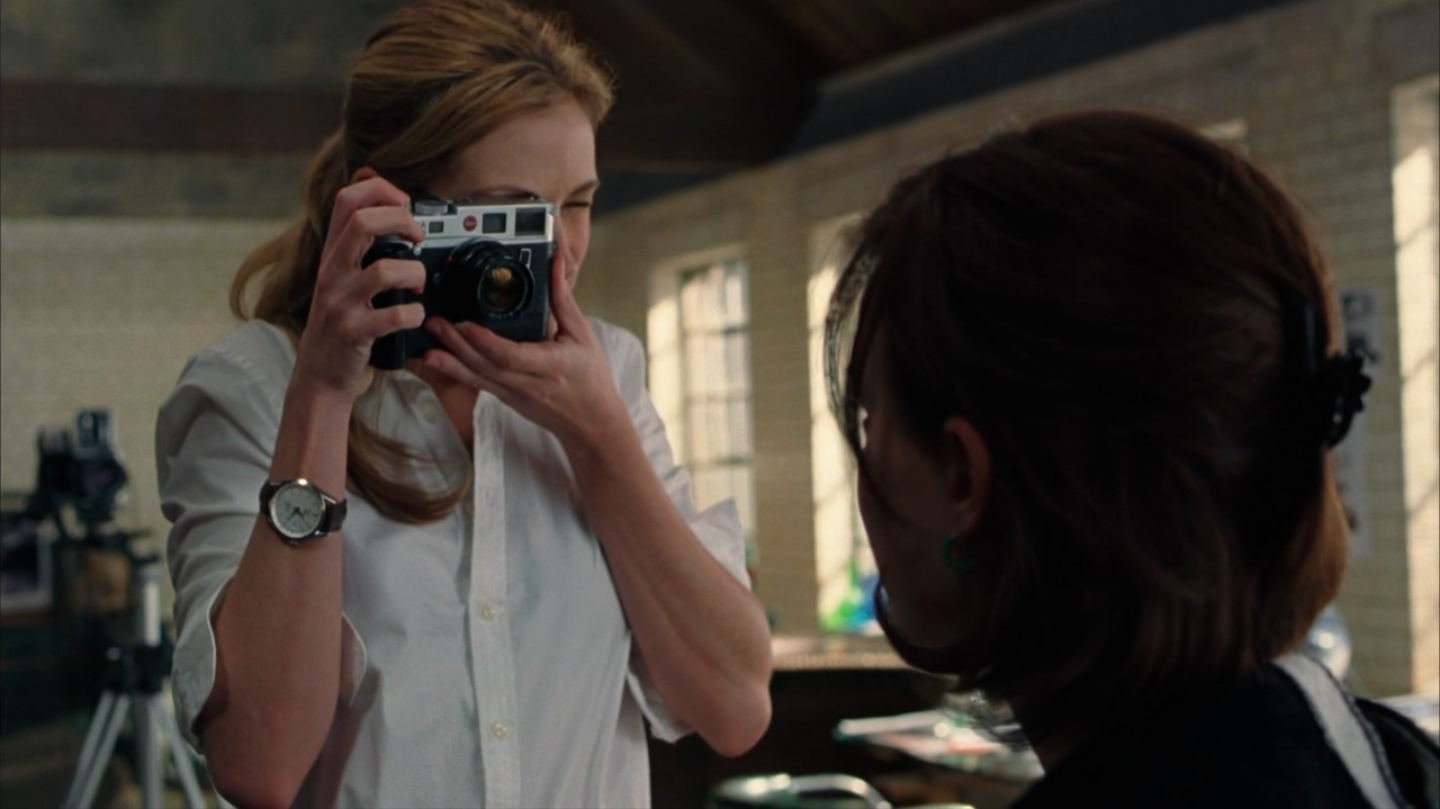 Julia Roberts shooting Natalie Portman with a chrome Leica M6 TTL and 50mm Summicron; from the movie Closer