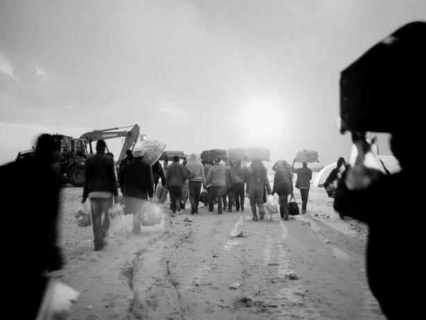 TUNISIA—At the Ras Jedir border crossing, foreign workers who had been residing in Libya cross the border into Tunisia. Among them were Egyptians, Bangladeshis, Chinese, Vietnamese and Sudanese, March 2011. © Alex Majoli / Magnum Photos