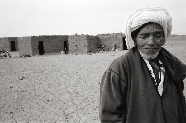 Berber family, Sahara, Morocco; Leica MP 0.58, 35mm Summicron, Kodak Tri-X  Doug Kim