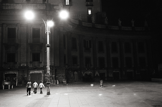 Piazza Dante, Napoli; Leica MP 0.58. 35mm Summicron, Kodak Tri-X © Doug Kim